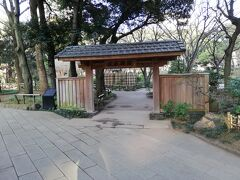 さて横浜スタジアムがある横浜公園にやって来ました。 横浜スタジアムが横浜公園内にあるというのは知っていましたが、立派な庭園がある事は初めて行ってから25年以上経つのに知らなかったのです。 こちらが庭園の入口です。