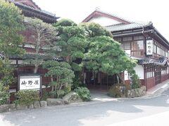 神門通りへ戻りました。  出雲大社まで徒歩一分。 有名な旅館ですね。