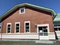 午後の部では、まずは「根室市歴史と自然の資料館」を訪れました。レンガ造りの小さな建物です。元々は、1942年に大湊海軍通信隊根室分遣所として建設されたもので、その後花咲港小学校校舎として利用されていた建物です。 中はどんな感じなのでしょうか。