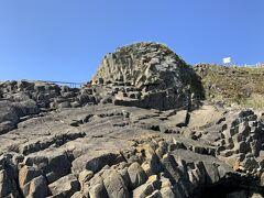 こちらが「根室車石」。マグマが冷えて固まって、枕状溶岩がきれいな球状をとなっております。非常に面白い石です。 崖の上にあって近寄れないので、大きさはわかりにくいのですが、直径は7.5mとかなり大きなものです。