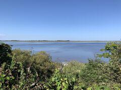 風蓮湖はこんな感じです。対岸の砂州もきれいに見えております。冬には白鳥なども飛来してくる湖として有名です。  次は、風蓮湖を実際に見るために、近くの春国岱(しゅんくにたい)にあるネーチャーセンターを訪問します。