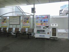 8:23 @豊川駅(愛知県豊川市)  豊川稲荷の最寄り駅、豊川駅に停車。当駅で多くの乗降がありました。  豊橋~豊川間は複線ですが、これから先は単線になります。