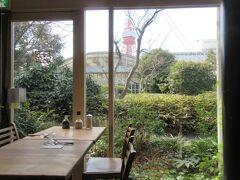 あら、東京タワーが見えますよ。  うしろの建物はビアレストラン ガーデンアイランド(東京プリンスホテル前庭)  そう、このパンレストランは東京プリンスのレストランなのね。 ホテルのレストランなら駐車場は?って聞いたら、2000円で2時間無料だって。 花粉症なのでテラス席は今は使えないけど、テラス席ならワンコOKって。 暖かくなって花粉が去ったら、ワンコを連れて来よう。
