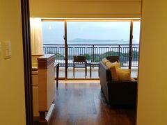 2泊めの宿は、本部町の「アラマハイナコンドホテル」。 アサインされた部屋のドアを開けると・・ え!? めちゃ広い!