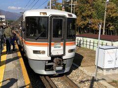 駒ヶ根駅を出て最初に上伊那郡中川村の「伊那田島駅」に到着しました。 この駅は秘境駅ランキング最下位の200位で、秘境駅なのに秘境駅ランキングのなかでは最下位、ということを売りにしていました。ただ、最下位とはいっても周りはほとんどが果物畑で、のどかな雰囲気の「秘境駅」でした。  追記:先日のダイヤ改正で北海道の駅が宗谷本線を中心にいくつか廃止になったことを受けて秘境駅自体の数が減り、伊那田島駅は185位になっていました。依然として最下位であることに変わりはないのですが…