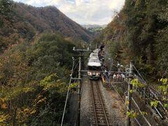 続いて到着したのは「田本駅」 山とトンネルに囲まれた断崖絶壁に位置する秘境駅。本当に誰がこの駅を普段から利用するのだろうか。 奥の山に行くための登山道?的な連絡橋があり、そこからこのような電車と山の写真が撮れるので、撮り鉄の間では有名なスポット。