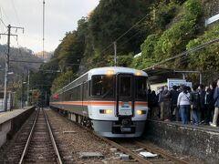 為栗の次は同じく天龍村の「伊那小沢駅」に停車しました。 線形がストレートな直線なのできれいな写真が撮れます。この写真は手前の踏切から撮っているのですが、普段は電車がホームに入線すると踏切がなってしまうためなかなかこの写真は撮れません。 相変わらずホームの人の数がすごくて373系時代のムーンライトながらを思い出してしまいます。