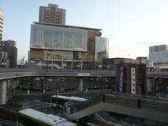 川口駅の東口から南側を見ると大きな建物が見えます。  川口のキュポラのビルです。