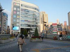 川口駅の東口を出ると、歩道橋の向こうにキャスティ―の建物が見えます。  大きな建物で、目につきます。