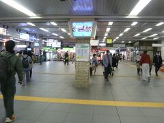 川口駅のホームから改札階に上がります。  改札階に、飲食店があります。時間的に、食欲をそそられます。