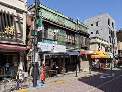 この通り沿いに三連長屋の銅板建築があります。
