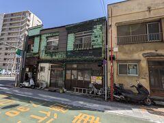 旧東海道から八ッ山通りに出る角地に建っています。
