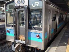 ★13:29 松本駅からは篠ノ井線普通列車に乗車。普段はギリギリに行くと座れないことも珍しくない、篠ノ井線の普通列車ですが今日はコロナ禍のせいか発車数分前でもボックスに1~2人程度でかなり空いています。先客1人のボックス席に相席しました。