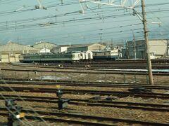北長野の「鉄道車両の斎場」にずっと泊まっている189系…2年くらいの間、工場建屋と屋外を行き来する状況で、何がしたいのかよく分かりません。
