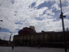 国立劇場の先を右折して、 Calle5(5番通り)を南下します。  スペイン文化圏では、街の中心をCentral Av.が横断し、 並行して北側が奇数・南側が偶数の通りがあります。  直角に交わる通りはCalleと表記され、Central Calleを基準に 東側は奇数、西側は偶数になります。   Central CalleとCentral Av.が街の中心を十字に走り、それを基準に割り振られます。 なので、Calle5なら、中心を基準に東側3本目の通り、 Av.2なら、中心を基準に南側に1本目の通りということになります。