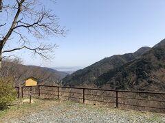 橿木坂を上った先、樫の木平。遠くに相模湾が見えます。 ここには、見晴らし茶屋というお食事処があります。