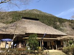 猿滑坂を過ぎると、しばらく歩いて甘酒茶屋。 江戸時代から旅人に愛されてきた茶店ですが、今はこの1軒だけが残っています。