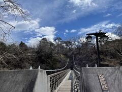 湯っ歩の里を出発してまたもスマホで検索。 竜化の滝、車を停めて歩き出します。 七ツ岩吊り橋。