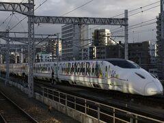 博多駅新幹線ホームにてピクサーラッピングが走るので撮影