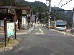 【その3】からのつづき  青梅線の駅、4駅目。 片面ホームの川井駅から、再び奥多摩行きの電車に乗る。  ホントは、ここからまっすぐ終点奥多摩駅まで行って終わり、という予定だった。 が、さっき通った途中の2駅がどうしても気になって・・・