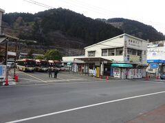 駅前にある西東京バスのバス乗り場兼車庫。 西東京バス自体、地元を走っているので、個人的にはここもやっぱり地元感がある。  建物内には食堂がある。 何度か利用したことがあるけど、ここのそばはおいしいですよ。