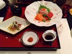 19時から地下にあるレストラン「The dining 彩」で6050円の和食コース「熊野」を予約していた。食前酒に梅酒がついていたが、それとは別に小瓶1本880円の地ビールに種類「ゴールド」と「コパー」を二本ずつ注文した。コパーの方が癖のある味で、私はピルスナーっぽいゴールドの方が飲みやすかった。前菜から始まった和食コースはどの料理も綺麗に美味しく調理してあった。メインの国産牛のすき鍋だけは、上等の牛肉を煮てしまって残念だった。関西風すき焼きのように牛肉は焼いたほうが旨いのに。最後のデザートまで1時間半、美味しい料理を堪能した。