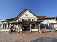 白河駅です。 三角屋根の木造平屋の駅舎です。