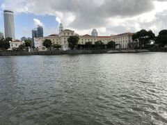 正面に見えるクラシックな建物はエンプレス プレイス ビル。 ラッフルズ卿がシンガポールに上陸した地点がここだといわれている。 歴史的な建物を整備し、アジア文明博物館としてオープンしたのは2003年。 東南アジア、南アジア、中国、そして西アジアの文明をテーマとした博物館。