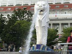 ぐるりと回ると水を吐き出すマーライオンの向こうにフラートンホテルが見える。
