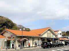 大磯駅です。  明治20年(1887年)7月11日、国鉄東海道本線の横浜駅~国府津駅開通と同時に開業したそうですが、当初、駅設置計画はありませんでしたが、海水浴を導入するために医学者松本順氏の提案により開業したそうです。  歩いていたらウグイスのホ~ホケキョ~が聞こえました。まだチッチッチッのウグイスもいました。