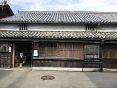 角長。 1841年(天保12年)創業の醤油醸造の老舗。 職人蔵と醤油資料館が併設され、自由に見学できる。