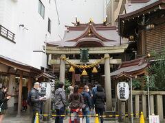 日本橋七福神の一つである日本橋小網町にある小網神社に行きました。 こちらは福禄寿、弁財天が祀られています。 強運厄除の神様として崇められているそうです。 境内には銭洗いの井があり、小銭を洗い財布に入れ財運が授かるようにと密かに願っています。 パワースポットとして有名なので、参拝する方々の列が少しできていました。