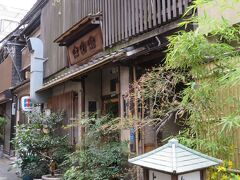 よし梅はねぎま鍋の店。 昭和2年創業の江戸情緒たっぷりの老舗です。