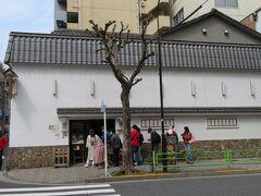 鶏料理の玉ひで(創業1760年)は相変わらずの行列。 ここの親子丼は絶品。 人形町は名店が多いです。