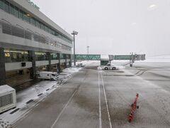 能登空港に到着。 小さい空港です。