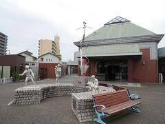 モニュメント「遊遊」と福山市松永はきもの資料館。現在は、こちらの建物だけが入館有料です。