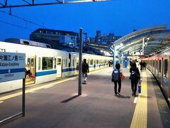 まずは小田急線「片瀬江ノ島駅」へ☆ 昼間は混んでいても、夕方くらいから空きはじめます。