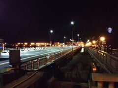 江の島までは橋があるので安心して歩けます。  ただ、風の強い時はけっこう大変なので、バスなどの利用もありです。