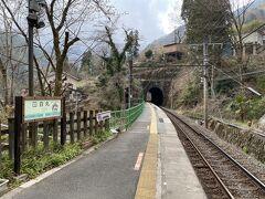 ようやく駅に到着。 昭和46年から無人駅になっていて、1日平均乗車人員は70人台と、東京都のJRの駅で最も乗車人員が少ない駅だそうです。