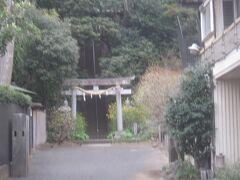 岡本八幡神社 結構石段があるので、上りませんでしたが、この上は先ほどの静嘉堂文庫の裏当たりになるようです
