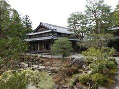 最初の訪問は「吉城園」。 隣の叙水園(1200円)が有名ですが、こちらはなんと無料。  数年前に奈良県管理になり、現在は無料となっています。入口が地味で見逃しそうですが、園内はかなり広いです。  まずは入口近くの築山の上から芳樹園主塔を撮影。