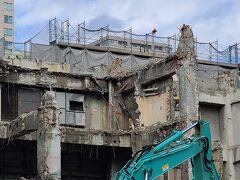 駅ビル解体中、2025年春には新しく生まれ変わります。