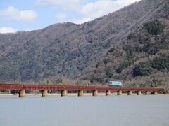 途中の由良川に架かる線路に来ました。