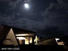 月灯りで、ビーチに降りて、11号棟を撮影(^^)。 間接照明だけなのに、充分な明るさです。