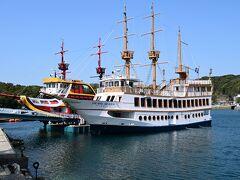 手前がパールクイーン号、この遊覧船に乗ります。