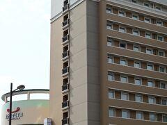 駅から10歩くらいの所に宿泊する東横イン佐世保があります。