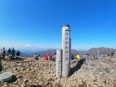 朝の7時30分に登り始めてから約2時間半、10時に塔ノ岳山頂に着きました!! ひたすら登った甲斐があって最高の景色ですね!