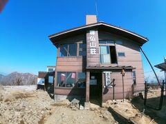 こちらの山小屋は宿泊もできるみたいです。 丹沢山に登るときはここに泊まるのかな?
