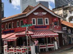 たまたま通りかかった真っ赤なレストラン。 日除けのシェードに日本語で「レバノン料理とトルコ料理のレストラン」とある。 2階は「寿司航空」というスシバーらしい。