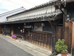 北町通り、太田久助吟製。 江戸後期の建物。 江戸末期から戦前までは醤油醸造業、現在は金山寺味噌の製造・販売を営んでいる。